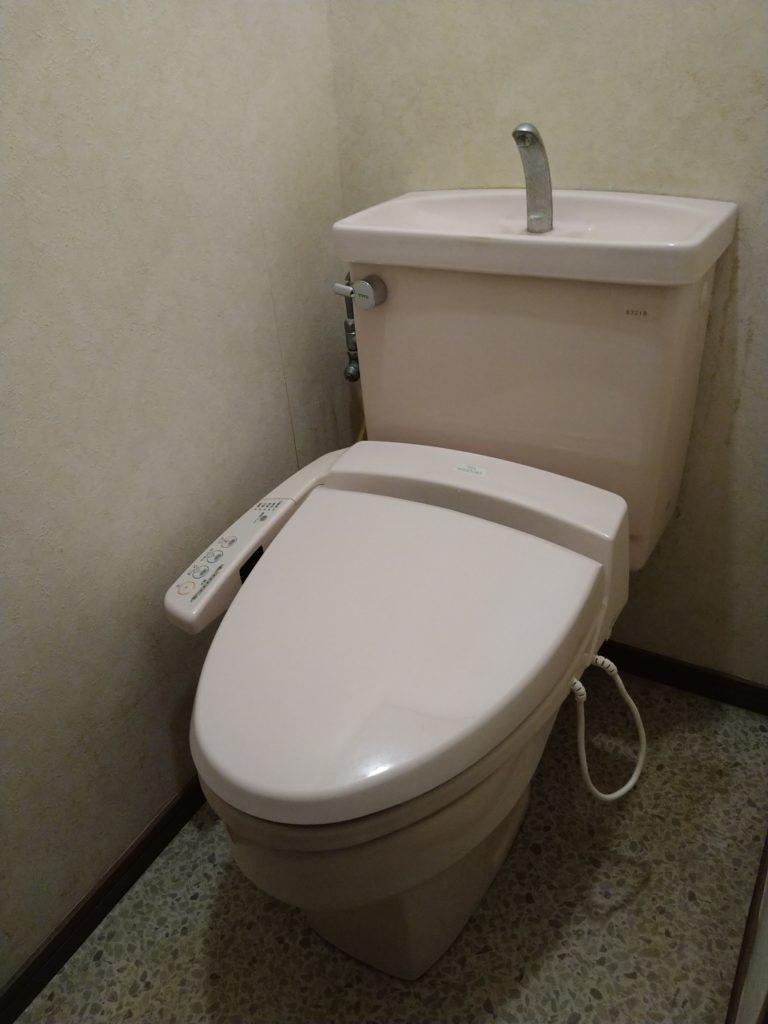 トイレのウォシュレットが壊れた!古いトイレの写真